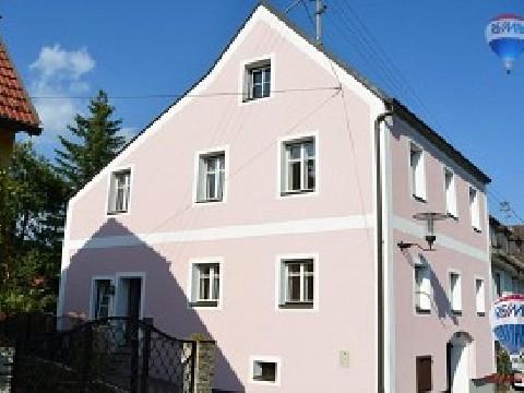 Wohnhaus mit kleinem Garten