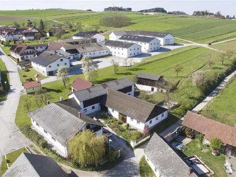 Beziehbares Haus mit Nebengebäude und ca. 3.800 m² Grundfläche
